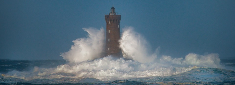 vague sur le phare du four